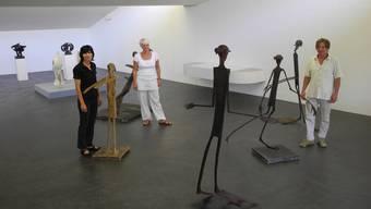 Die Menschen hinter der Ausstellung für einmal in der Ausstellung: Kuratorin Cornelia Ackermann (l.), Regula Laux (Kommunikation) und Daniel Waldner (technischer Leiter) in einer Figurengruppe von Schang Hutter. Marc Fischer