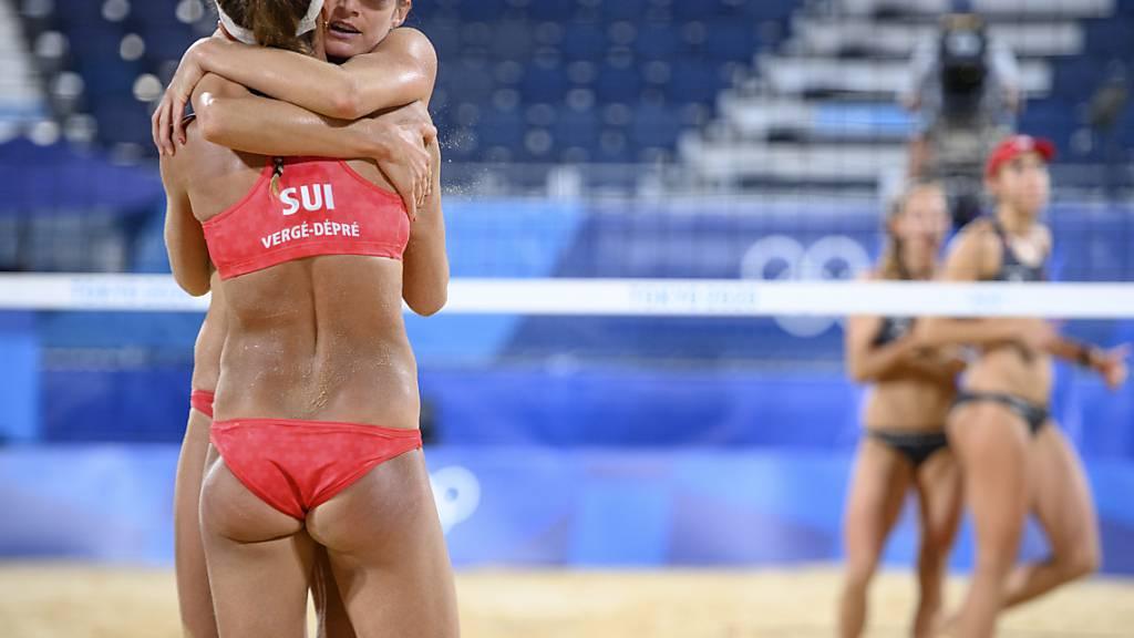Anouk Vergé-Dépré (vorne) und Joana Heidrich jubeln über den Viertelfinal-Einzug, während Nina Betschart und Tanja Hüberli geschlagen vom Feld laufen