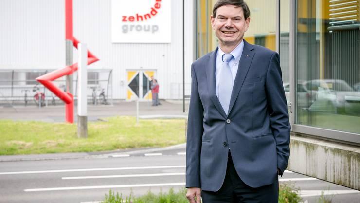 Hans-Peter Zehnder, Vorsitzender der IG Ostumfahrung Suhr und CEO der Zehnder Group AG, steht an der belasteten der Hauptstrasse in Gränichen.
