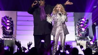 """Stevie Wonder (l) verhinderte das schlimmste, als sich Madonna bei den Billboard Awards an Princes """"Purple Rain"""" vergriff - finden jedenfalls die Kommentatoren in den Social Media."""