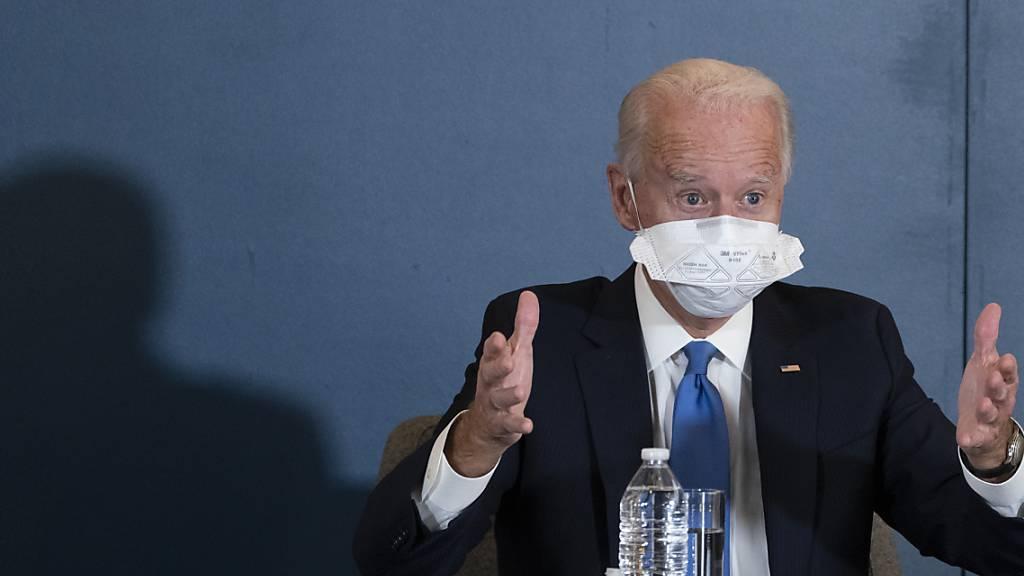 Joe Biden spricht während eines Treffens mit Kamala Harris.