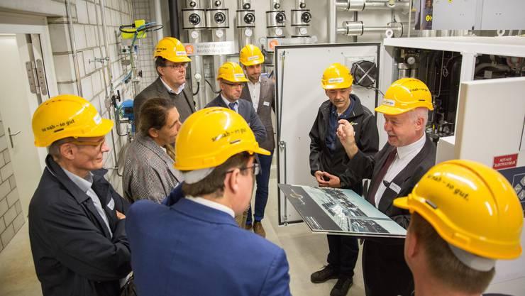 Regio-Energie-Direktor Felix Strässle (2.v.r.) führt Mitglieder der Urek des Nationalrats durch das Hybridwerk Aarmatt. In der Kommission sitzen unter anderem Stefan Müller-Altermatt (CVP/SO, 5.v.r.), Jacqueline Badran (SP/ZH, 2.v.l.), Christian Wasserfallen (FDP/BE, 4.v.r.) und Albert Rösti (SVP/BE, Bildvordergrund).