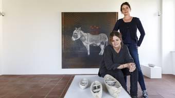 Boote aus Ton von Silvia Loevenich Frey (sitzend) und Tierporträts von Andrea Brun ergänzen sich.