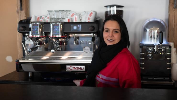 Inhaberin Jessica Iaquinta bereitet das Kafi Crème zu.