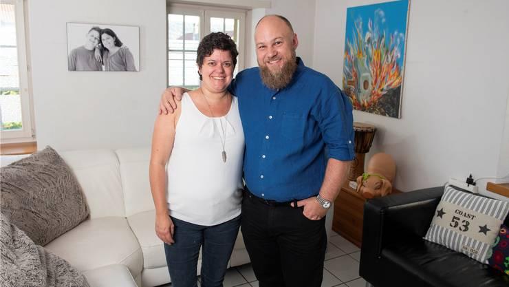 Heidi und Thomas Hochuli sind dankbar, dass die Organtransplantation so gut geklappt hat. Das Foto an der Wohnzimmerwand zeigt Heidi zusammen mit Sohn Roman kurz vor der Operation.