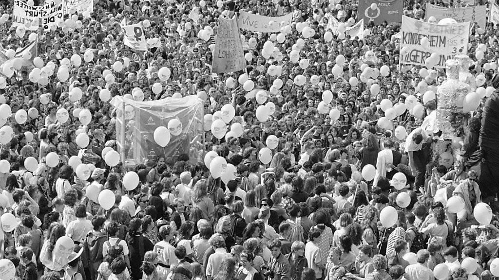 An den Anliegen hat sich seit 27 Jahren nichts geändert: Streikende Frauen am nationalen Frauenstreik vom 14. Juni 1991 in Zürich. (Archiv)