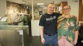 """Stefan und Sandra Fries freuen sich über ihre neue """"Flamme""""."""