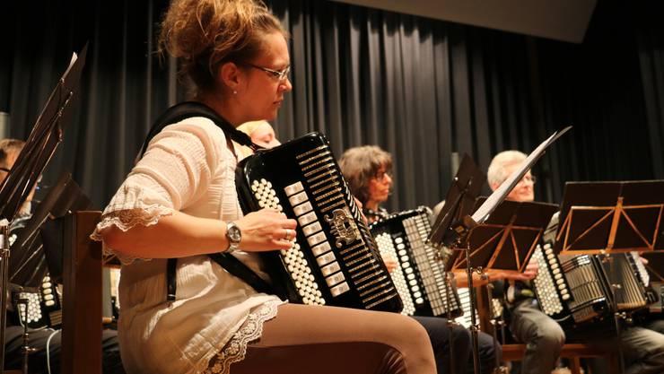 Beim Jahreskonzert zur Feier des runden Geburtstags vom Akkordeonorchester Egloff Wettingen begeistern die Akkordeonisten mit Filmmusik