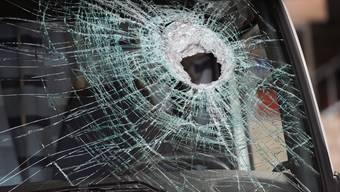 Ein schwerer Gegenstand beschädigte die Windschutzscheibe zweier Autos