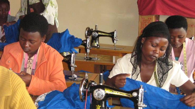 In Ateliers und Werkstätten können Jugendliche einen Beruf erlernen; im Bild angehende Schneiderinnen.