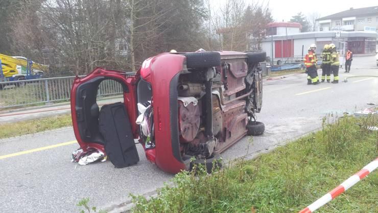 Die Automobilistin wird beim Selbstunfall in Lohn-Ammannsegg leicht verletzt.