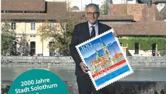 Stadtpräsident Kurt Fluri zeigt die Sonderbriefmarke schon einmal für ein Post-Magazin.