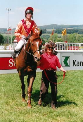 Mit ihrem Pferd Hay Moss konnte Madeleine Rauch sich einen Traum erfüllen ein Ross vor einem Rennen in einem Führring den Wettfreudigen zu präsentieren.