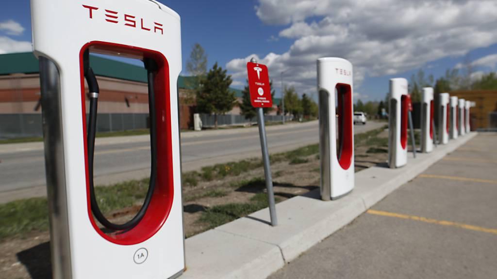 Der Elektroauto-Hersteller Tesla kommt auch in Europa mit dem Ausbau seiner Lade-Infrastruktur in Europa voran. (Archivbild)