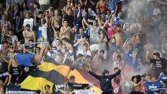Angespannte Stimmung während dem Spiel: GC Fans verbrennen Fener-Banner.