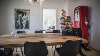 Miss Schweiz Dominique Rinderknecht posiert mit ihrem Wirbelwind, dem Havaneser-Hund «Muffin», in ihrem Wohnzimmer.Annika Bütschi