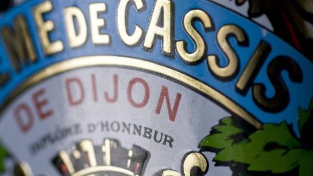 Eine Flasche Creme de Cassis de Dijon (Symbolbild)