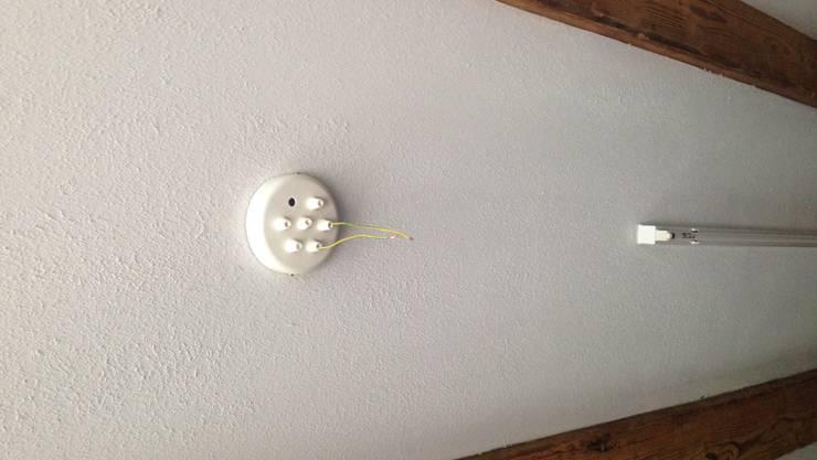 Vereinsmitglieder haben Lampen im Kulturlokal Trotamundos abmontiert.