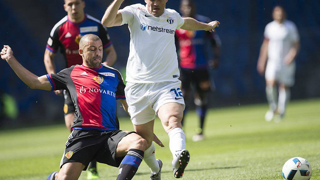Hart umkämpftes Spiel zwischen Basel und Zürich: im Bild der Basler Walter Samuel (links) gegen den Zürcher Alexander Kerschakow, Torschütze zum 1:0 (62.)