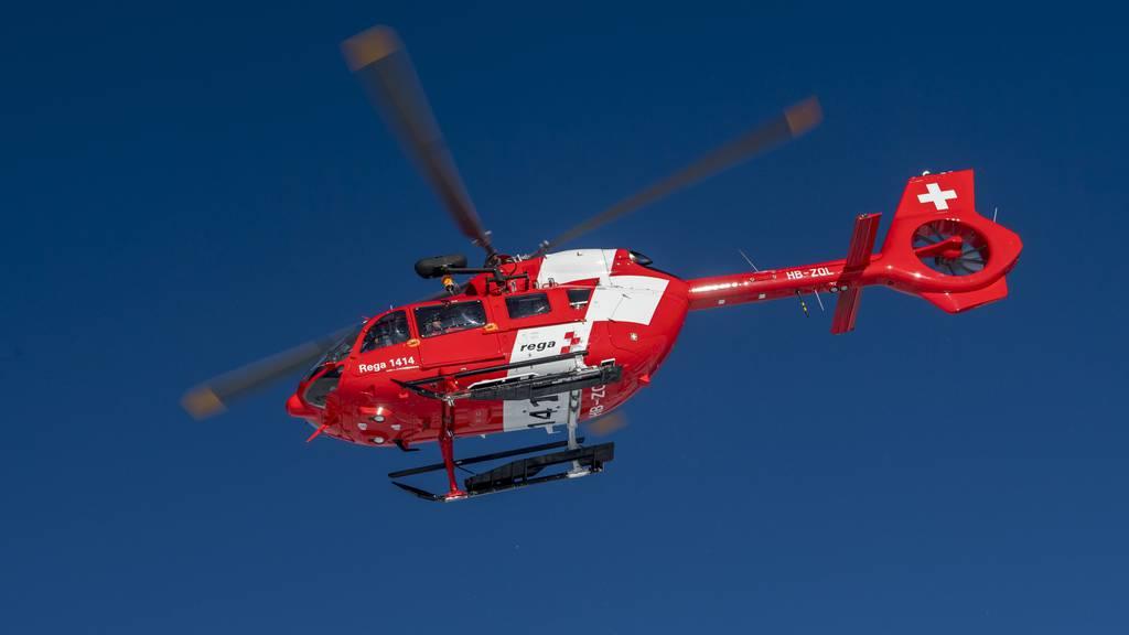 Beim Holzhacken schwer verletzt – Kind muss ins Spital geflogen werden
