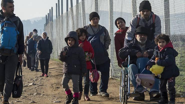 Die EU-Kommission will Griechenland mit einem Millionenbetrag helfen, um die Tausenden Flüchtlinge zu versorgen, die im Land gestrandet sind - wie etwa hier an der Grenze zu Mazedonien.