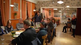 Die zahlreichen Gäste lauschen im neuen «Leue Stübli» den Ausführungen von Beny Ruhstaller. Vera Frey