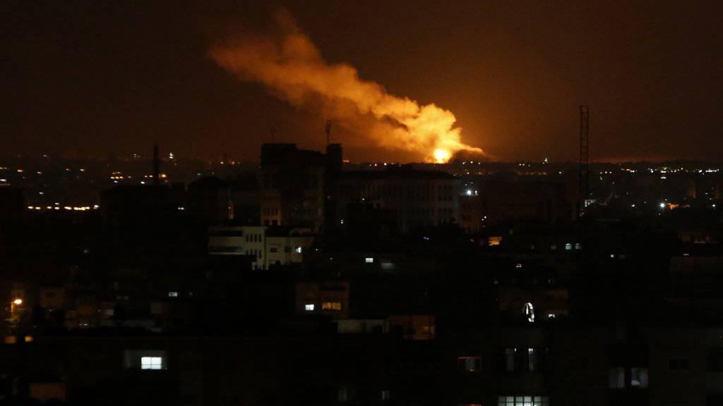 Nach einer durch einen israelischen Luftangriff ausgelösten Explosion steigt Rauch in den Nachthimmel über Gaza-Stadt. Insgesamt griff Israel 80 Ziele im Gazastreifen an.