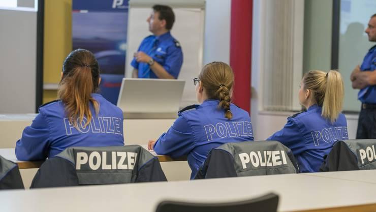 In der Polizeischule lernen die Anwärter das theoretische Handeln.
