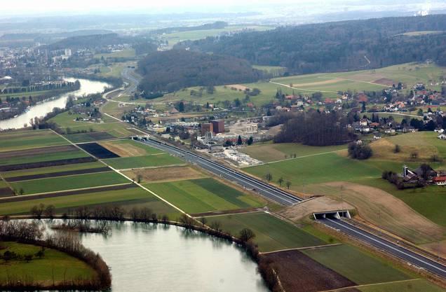 Die A5 mit Wildüberführung und Einfahrt in den Lüsslingen-Tunnel 2002