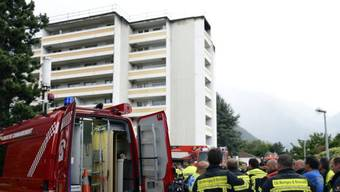 Feuerwehrleute vor dem betroffenen Hochhaus