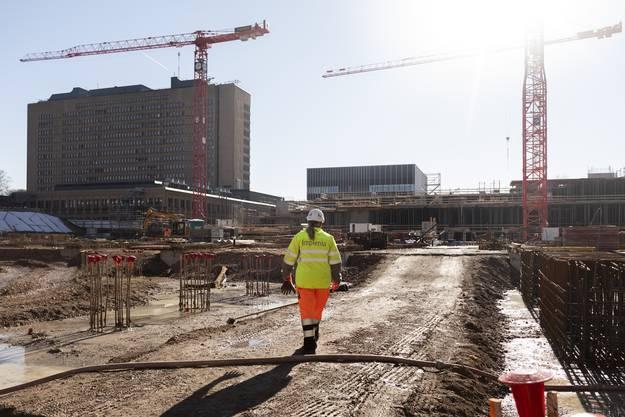 Die Mittagspause ist vorbei: Iris Harnisch läuft zu ihrem Kran. Im Hintergrund sieht man das bestehende Kantonsspital Baden. Es wurde 1978 gebaut.