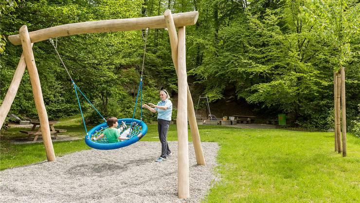 Auf der neuen Nestschaukel des Spielplatzes Nüechtal in Nussbaumen hat mehr als nur ein Kind Platz. Sandra Ardizzone