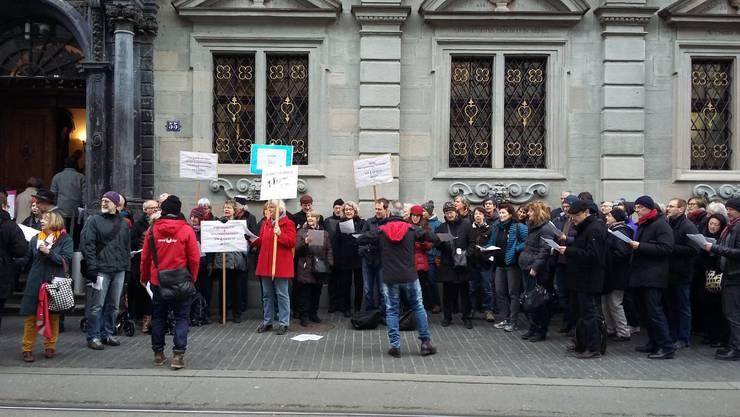 Die Musikschulen demonstrieren vor dem Zürcher Rathaus.