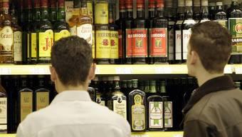 Ein neuer Artikel in der revidierten Polizeiverordnung untersagt es unter 16-Jährigen, öffentlich Alkohol zu trinken.