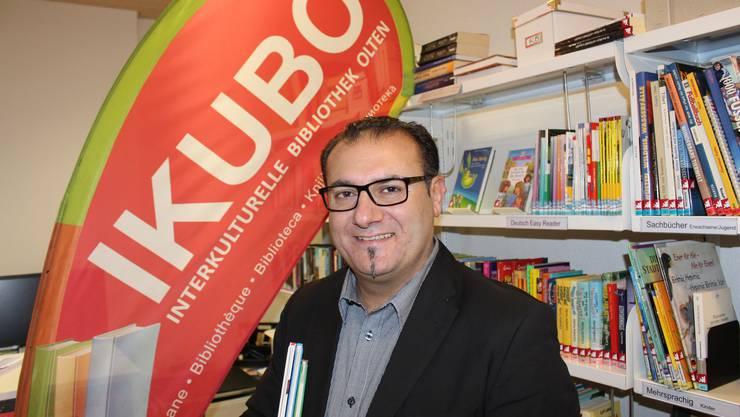 Vereinspräsident Yabgu R. Balkaç in der Interkulturellen Bibliothek Olten (Ikubo)