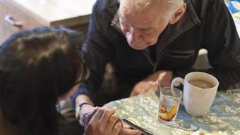 Müssen ältere Menschen bald mehr Prämien bezahlen? Ein Mann im Spital Sta Maria im Münstertal (Archiv)