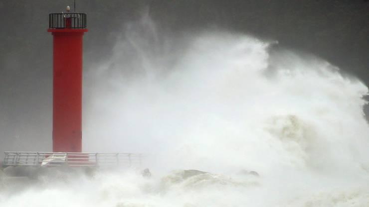 """Hohe Welle prallen in einem Hafen auf einen Leuchtturm. Der Taifun """"Haishen"""" beschädigte in Südkorea Gebäude, überflutete Straßen und legte Tausende von Häuser lahm, nachdem er Inseln im Süden Japans verwüstet hatte. Foto: Kim Hyun-Tai/YONHAP/AP/dpa"""