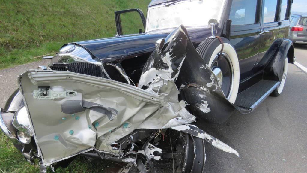 Der aus den dreissiger Jahren stammende Oldtimer wurde beim Zusammenstoss mit einem Personenwagen stark beschädigt.