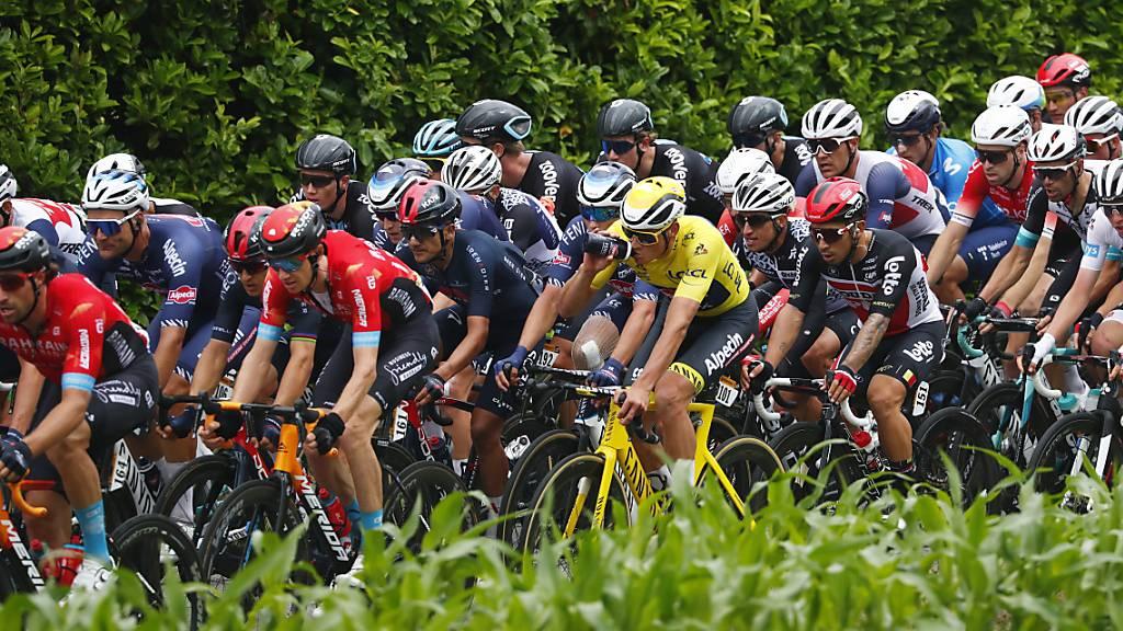 Die Tour-Fahrer legen als Protest eine kurze Pause ein