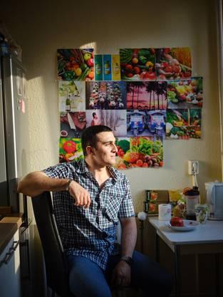 Anas Modamani in seiner Wohnung in Berlin Lichtenberg