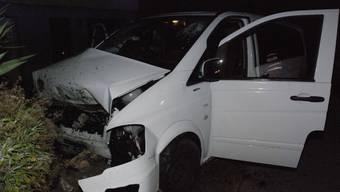 Tragischer Unfall: Der 22-jährige Beifahrer verstarb noch auf der Unfallstelle. Der Fahrer wurde schwer verletzt ins Spital gebracht.