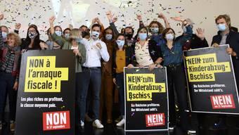 Jubel bei der Linken: Sie feiern das deutliche Votum des Stimmvolks gegen die Erhöhung der Kinderabzüge.