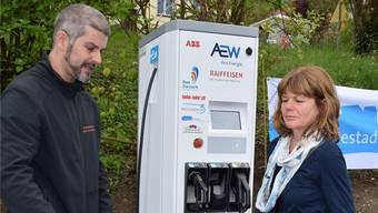 Eine der ersten Kundinnen an der Elektroladestation in Bad Zurzach. zvg