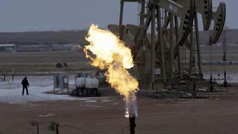 Vorschlag von Grüner Seite: Wer in umweltverschmutzende Industrien wie etwa die Erdölgewinnung investiert, soll auch die ökologischen Kosten der Geschäfte tragen. (Symbolbild)