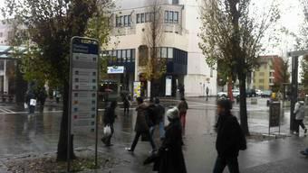 Auf dem Dietiker Bahnhofplatz vollführte der Angeklagte seinen Schwerttanz. jk
