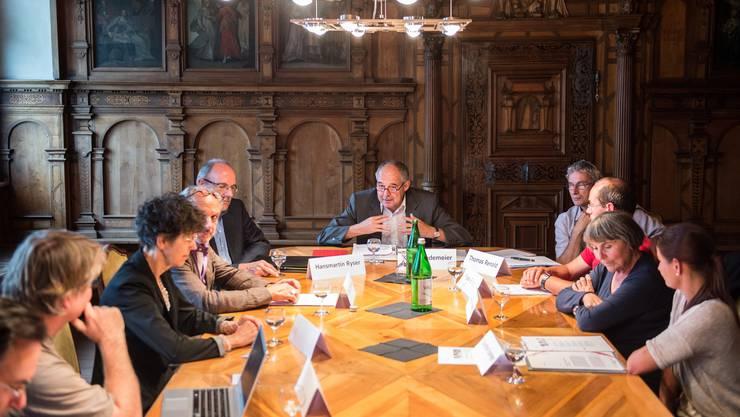Rektor Kurt Wiedemeier (Mitte) erklärt, wie der Schulbesuch der Experten (links und rechts im Bild) des Schweizer Schulpreises verlaufen ist.