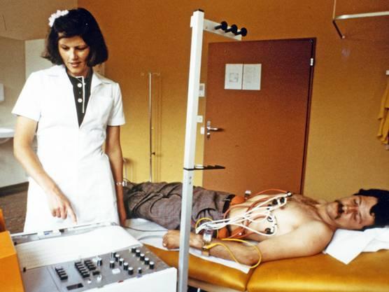 Eine Krankenschwester kümmert sich um den Patienten