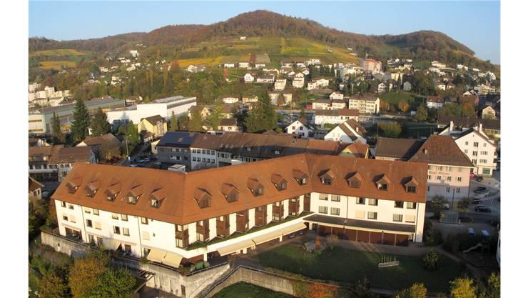 Das Altersheim Döttingen steht mitten im Dorf – vor 30 Jahren eine eher ungewöhnliche Standortwahl.Luft-Aufnahme: Franz Vögeli, Schwaderloch
