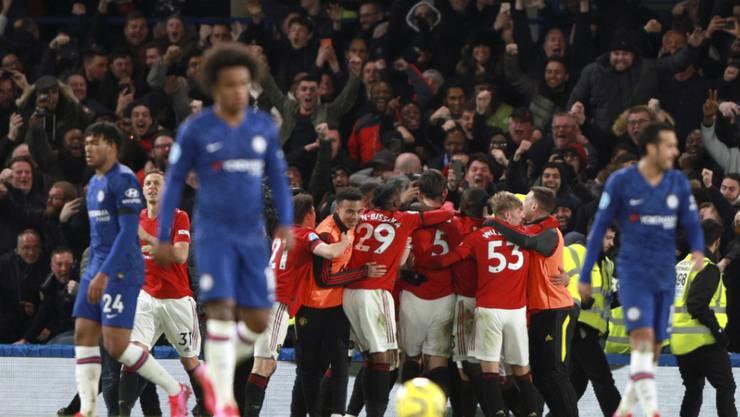 Manchester United feiert an der Stamford Bridge während die Spieler von Chelsea enttäuscht von dannen ziehen
