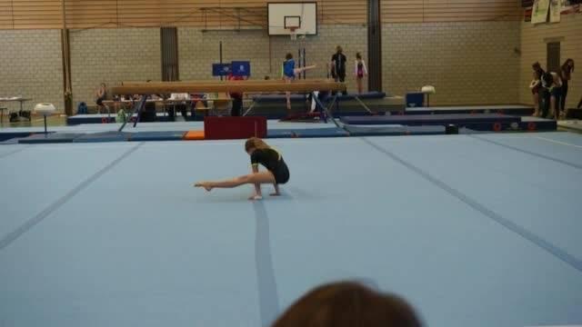 Die neunjährige Melanie Schai beim Bodenturnen